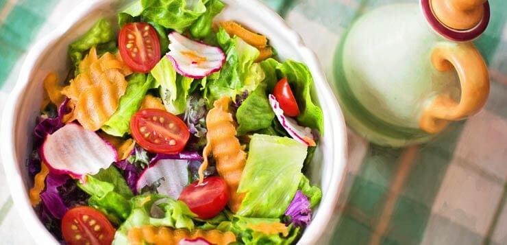salata na stolu sa uljem