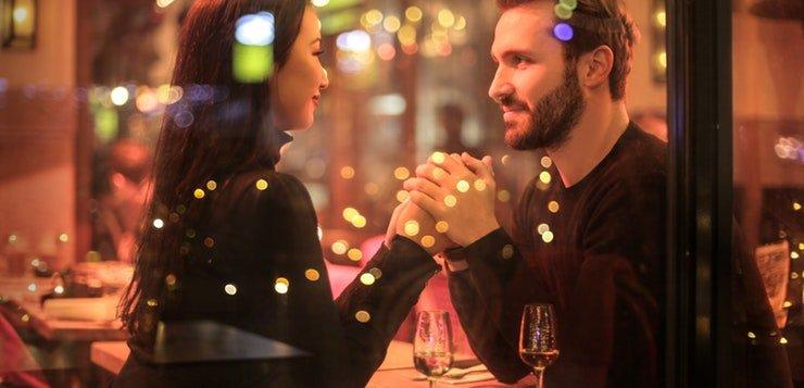 Zaljubljeni par na večeri