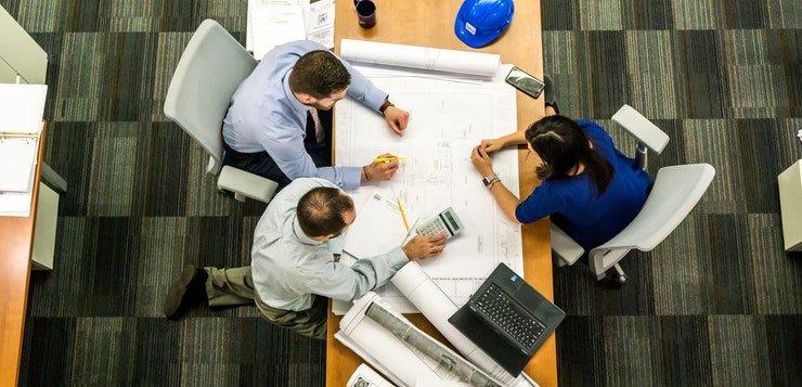 zaposlene-osobe-za-stolom