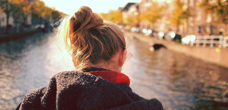Devojka na reci
