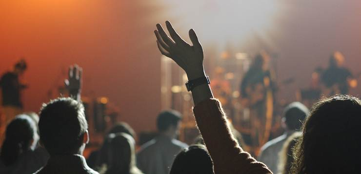 podignuta ruka na koncertu