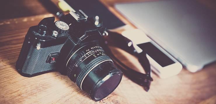 fotoaparat na stolu