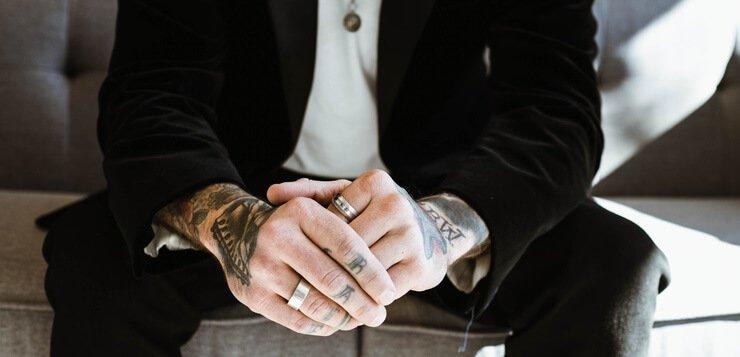 Poslvoni čovek sa tetovažama