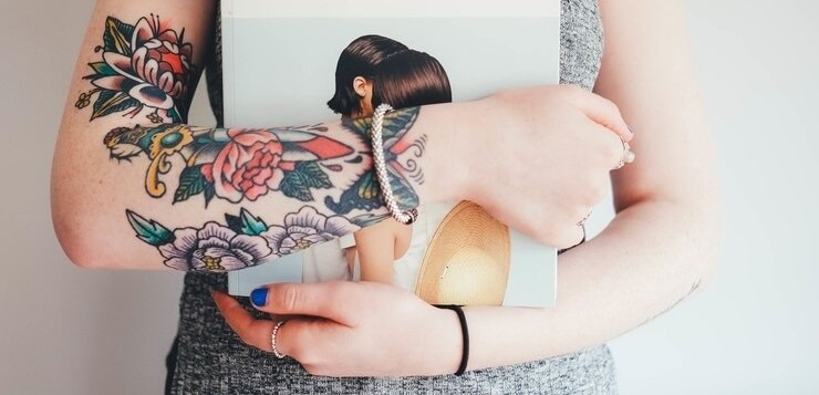 Istetovirane ruke devojke