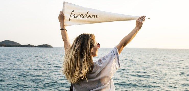 devojka koja slavi slobodu