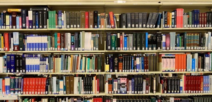 knjige na polici