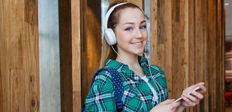 Devojčica u školi sa slušalicama
