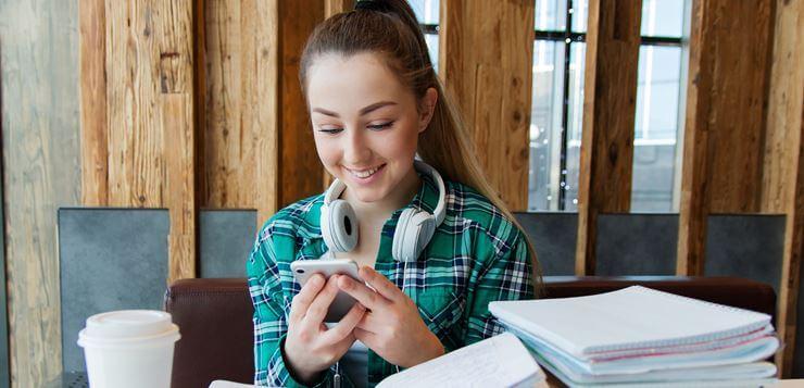 Devojčica na mobilnom telefonu