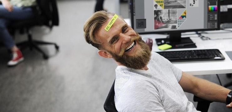 Nasmejani dečko na fotelji.
