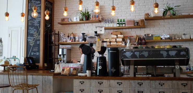 Devojka radi u kafiću
