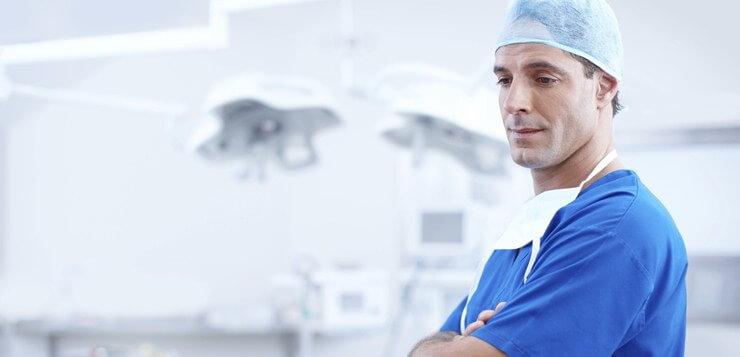 Hirurg u sali.