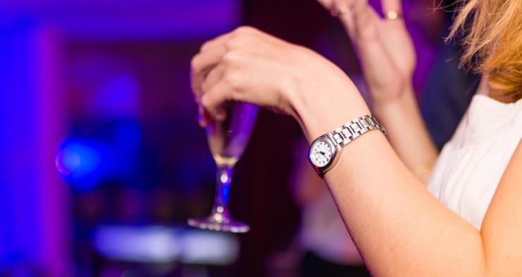 Devojka drži piće u ruci