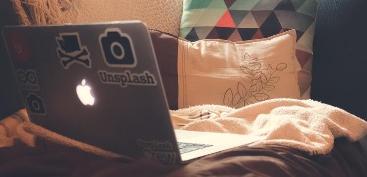 Laptop na krevetu