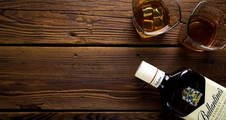 Ballantines viski u čaši