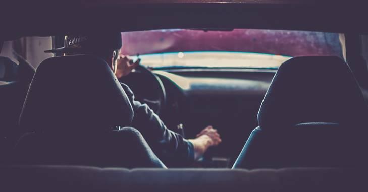 Vozač u automobilu
