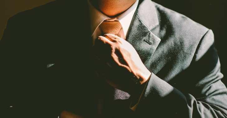 Momak nosi odelo na maturi