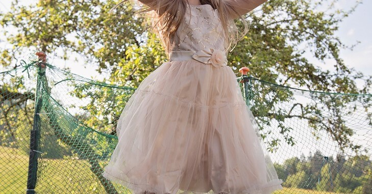 Devojčica na maloj maturi nosi roze haljinu
