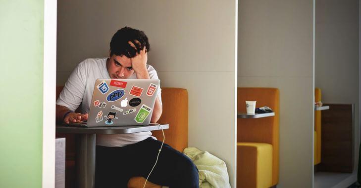 Nervozan mušakrac sedi za laptopom