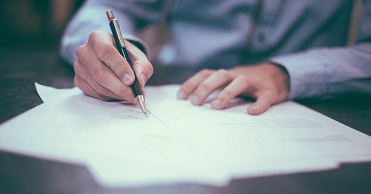 Muškarac potpisuje ugovor