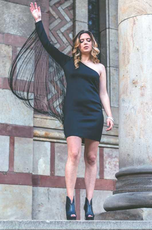 Aduti crna haljina za maturu sa resama prednja strana