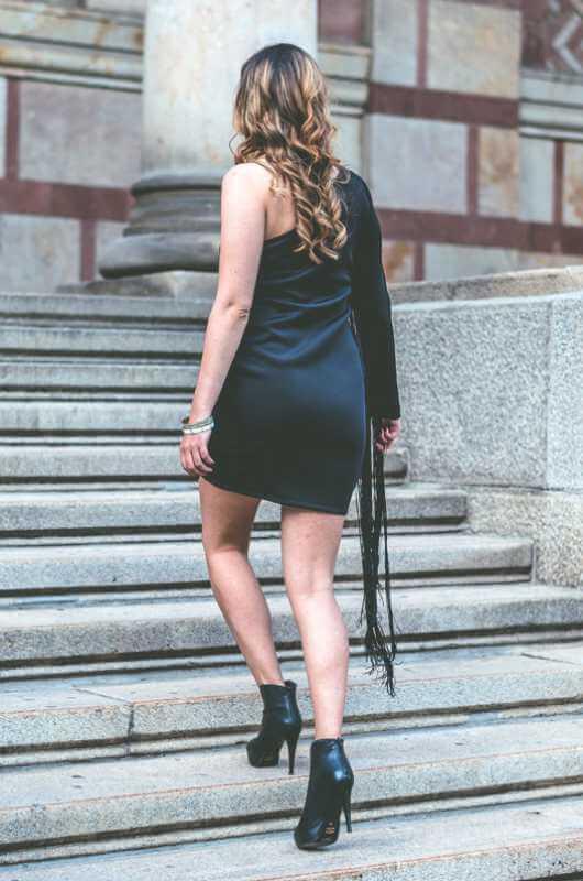 Aduti crna haljina za maturu sa resama zadnja strana