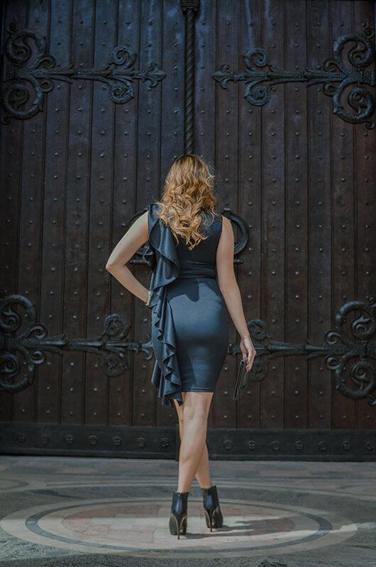 Aduti kratka crna haljina sa karnerom za maturu ledja