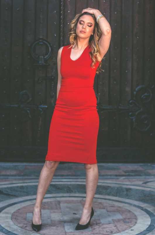 Aduti crvena uska haljina za maturu do kolena prednja strana