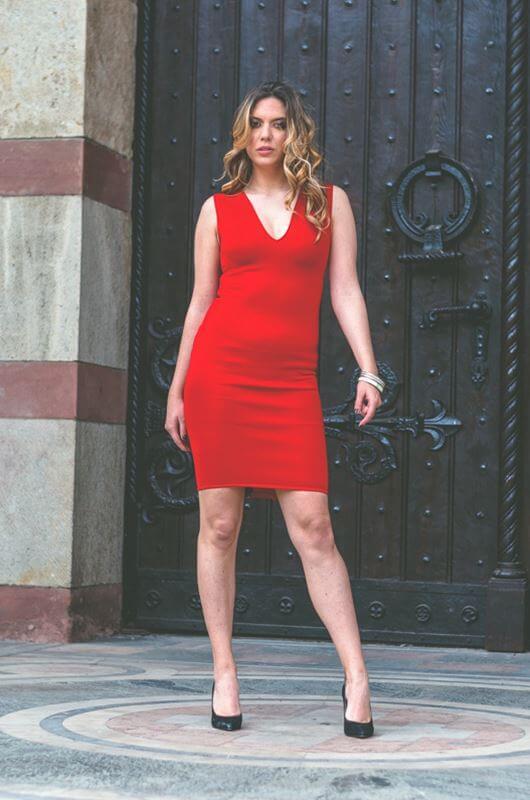 Aduti crvena maturska haljina do kolena sa V izrezom.