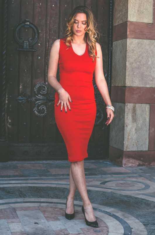 Aduti crvena uska haljina za maturu prednja strana