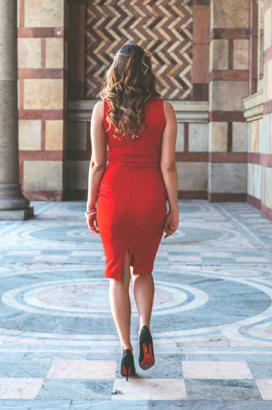 Aduti crvena uska haljina do kolena zadnja strana
