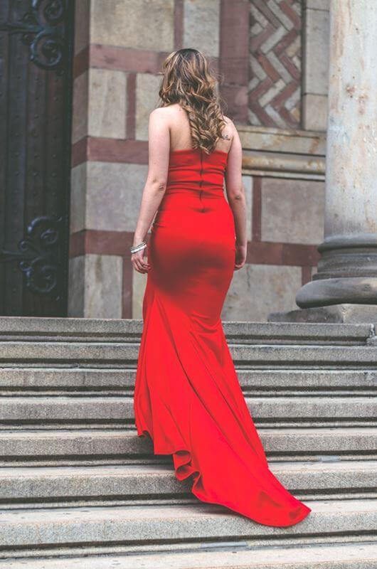Aduti duga crvena maturska haljina do poda sa leđa.