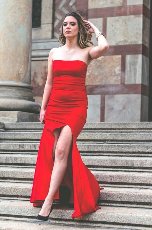 Aduti duga crvena maturska haljina sa šlicem.