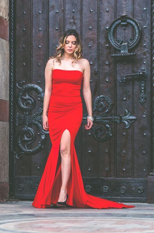Aduti duga crvena maturska haljina do poda sa šlicem.