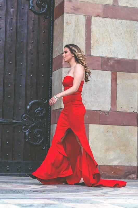 Aduti duga crvena maturska haljina sa šlicem sa strane.