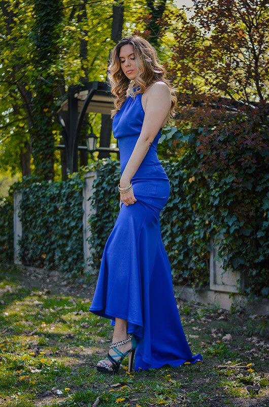 Aduti duga plava maturska haljina bok u pokretu