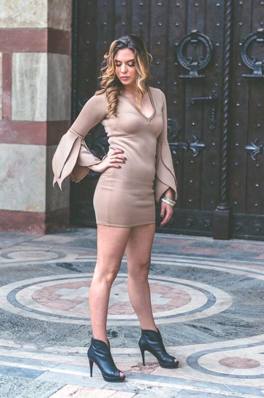Aduti kratka krem maturska haljina sa dugim rukavima iz profila