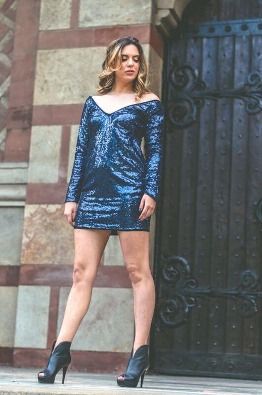 Aduti kratka šljokičasta plava maturska haljina iz profila