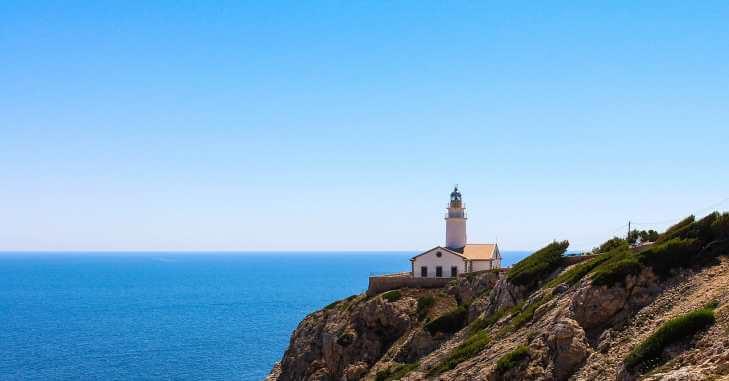 Svetionik na obali mora
