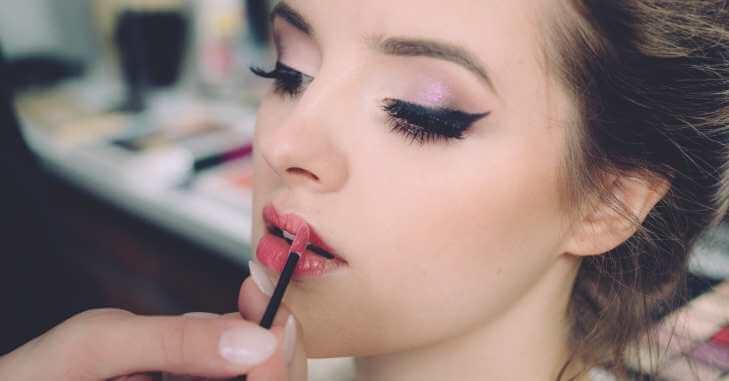 Devojka se šminka za maturu
