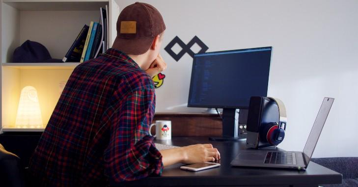 Student radi za računarom