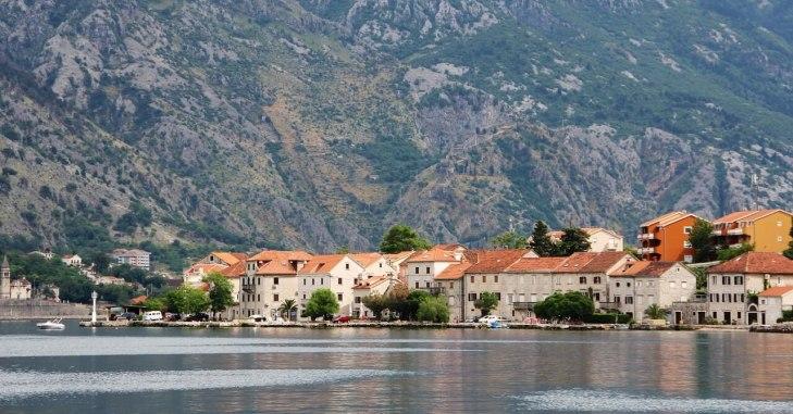 Pogled na crnogorsko naselje sa mora