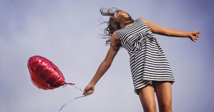 Srećna devojka sa balonom