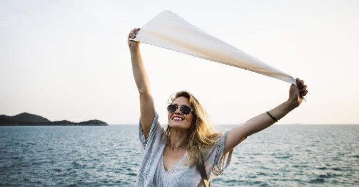 Devojka na moru sa maramom