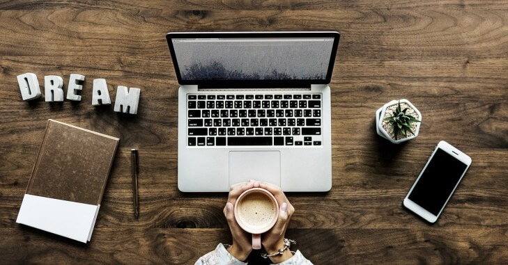 Radni sto - rokovnik, lap top, kafa i mobilni