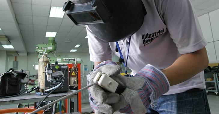 Mašinski inženjer sa opremom za rad