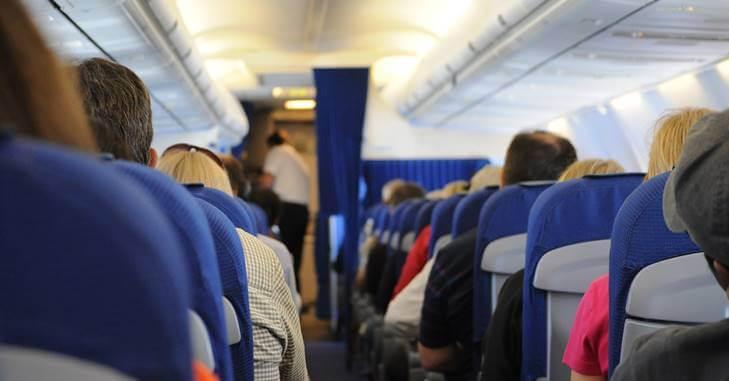 putnici sede u avionu