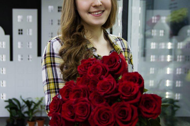 Devojka drži buket ruža