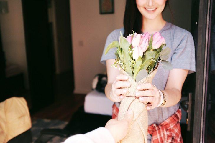 Devojka dobila buket cveća na poklon