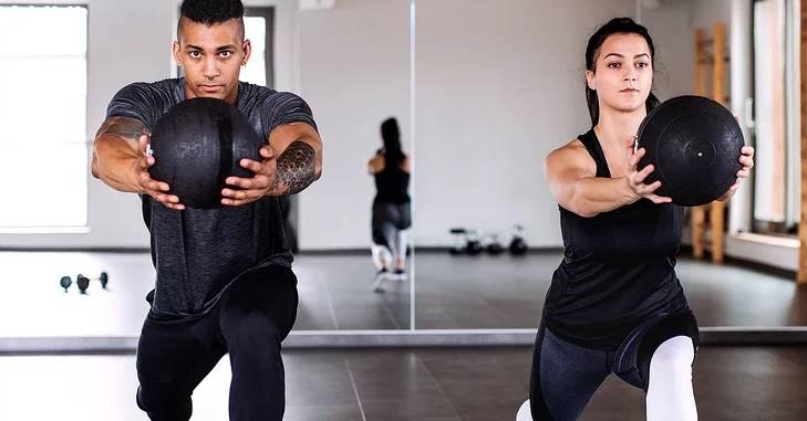 Dečko i devojka treniraju u teretani