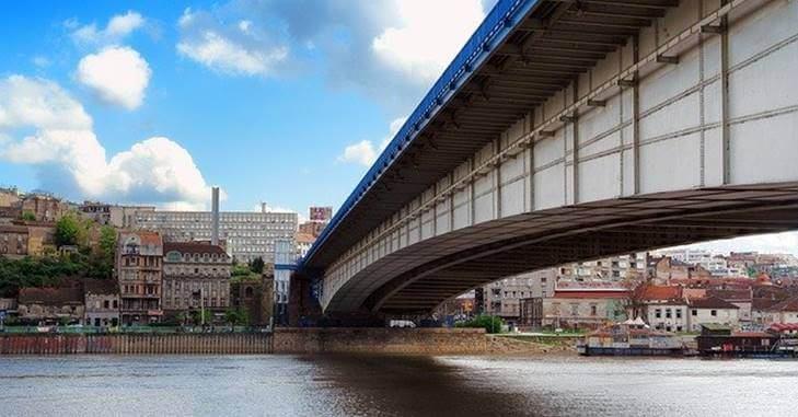 Fotografija sa reke na kojoj se nalazi most u Beogradu